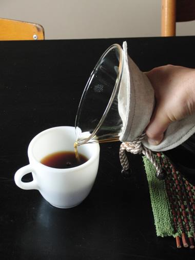 ケメックスでコーヒーを注ぐ
