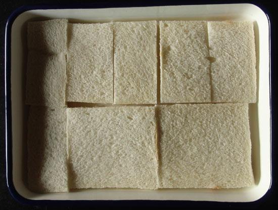 ホーローバットに並べた食パン