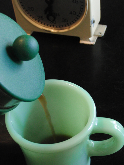 ボダムでいれたコーヒーを注いでいます