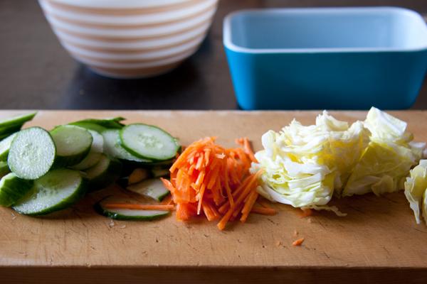 漬け物用のお野菜と Pyrex Refrigerator 502 Pyrex Bowl 402