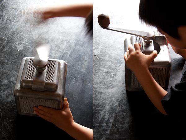 アンティークミルで豆を挽く下の子