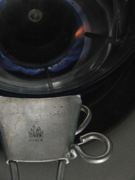 パイレックスのフレームウェアスキレットを火にかけます