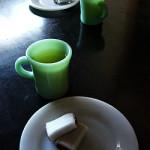 ファイヤーキング チョコレートマグにお茶と和菓子