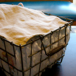 給食の食器カゴをオムツ入れとして使う