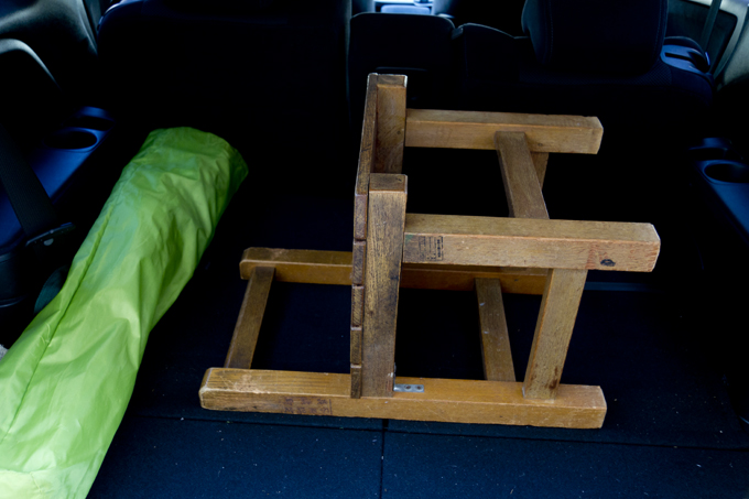 テーブル代わりに学校の椅子