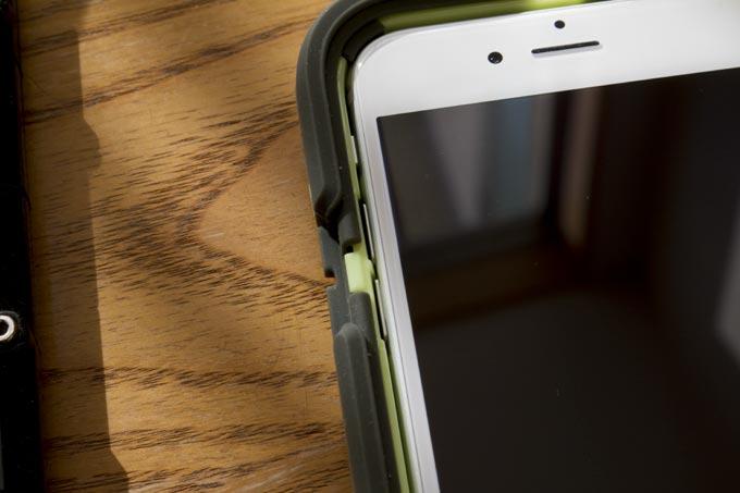 グリフィンiPhoneケースにiPhone6を収めます