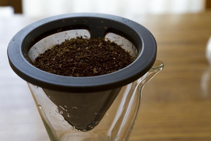 KINTOのフィルターに豆を入れます