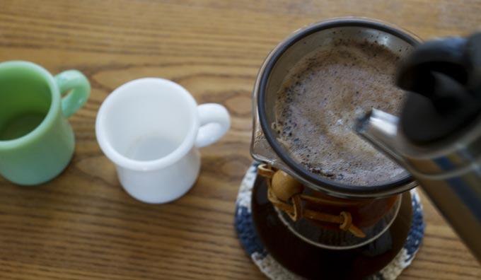 KINTOのフィルターでコーヒー抽出中