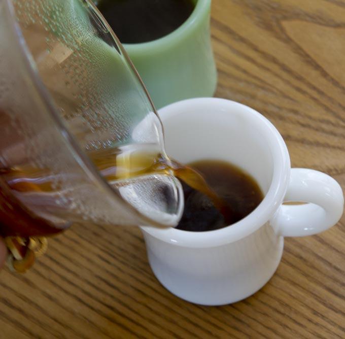 KINTOのフィルターでいれたコーヒーを注ぎます