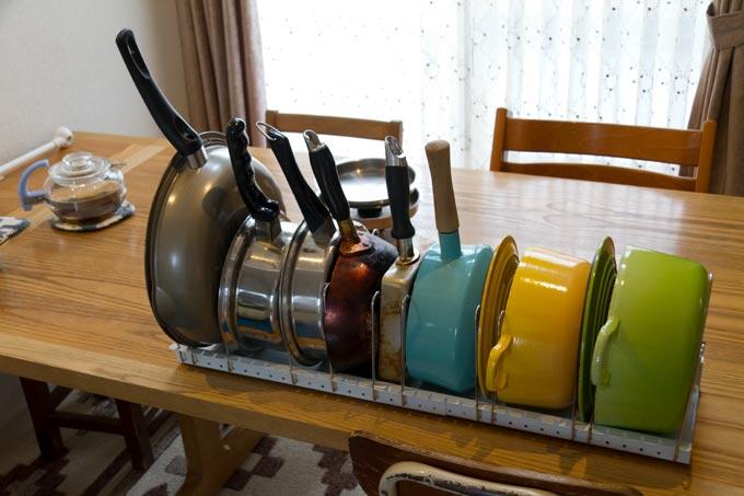 フライパン・鍋・フタスタンドに収納したフライパン、お鍋など
