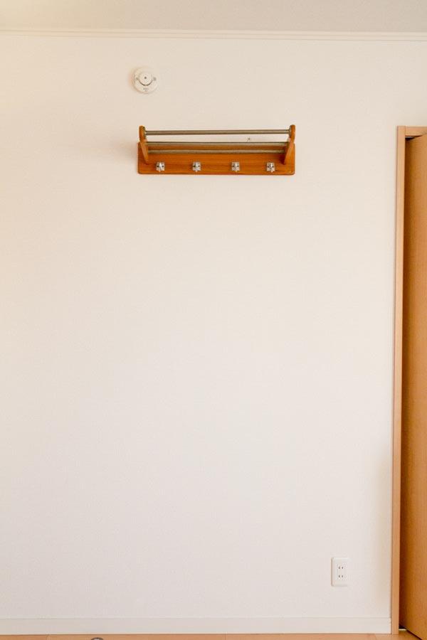 コートフックを取り付けた子ども部屋の壁面