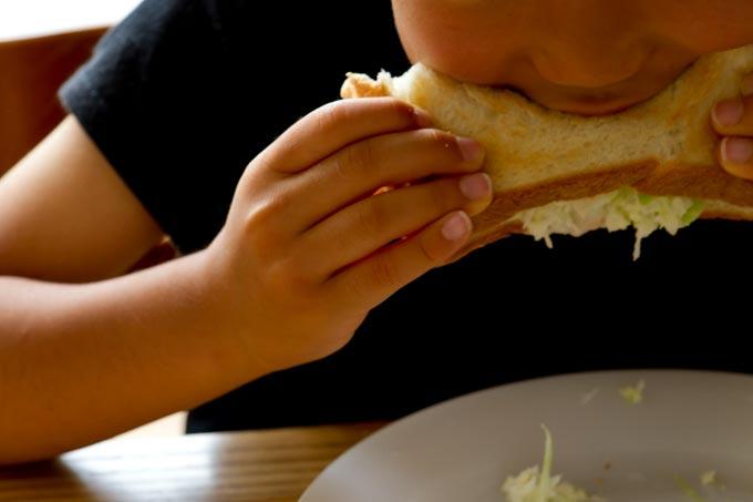 キャベツサンドを食べる子ども