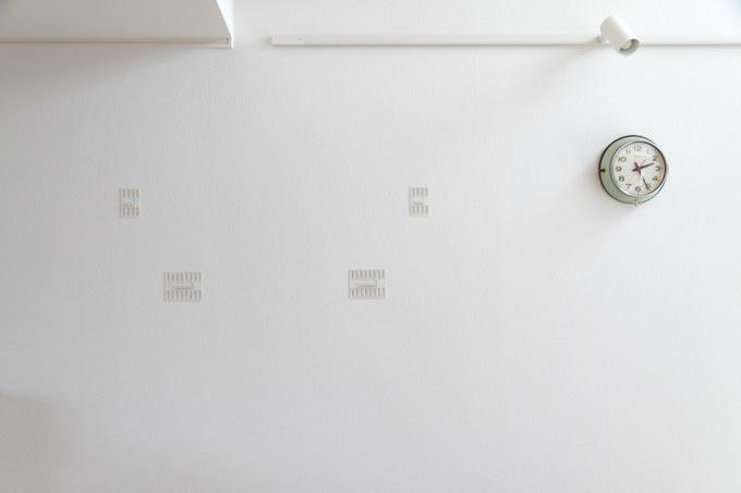 金具を取り付けた石膏ボードの壁