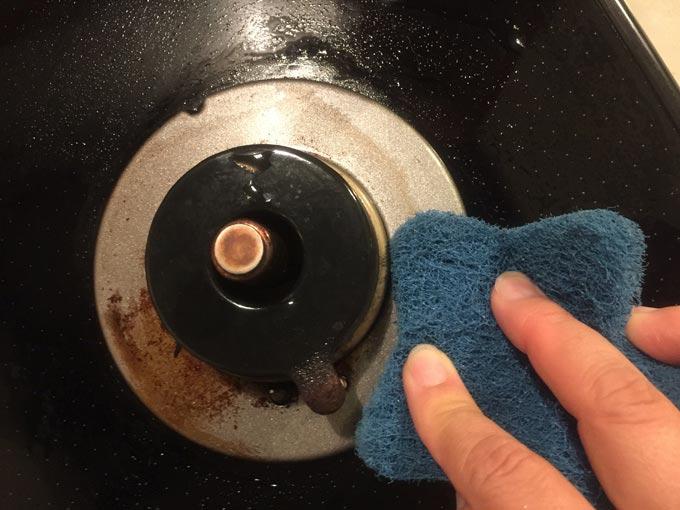 掃除中のガスコンロ
