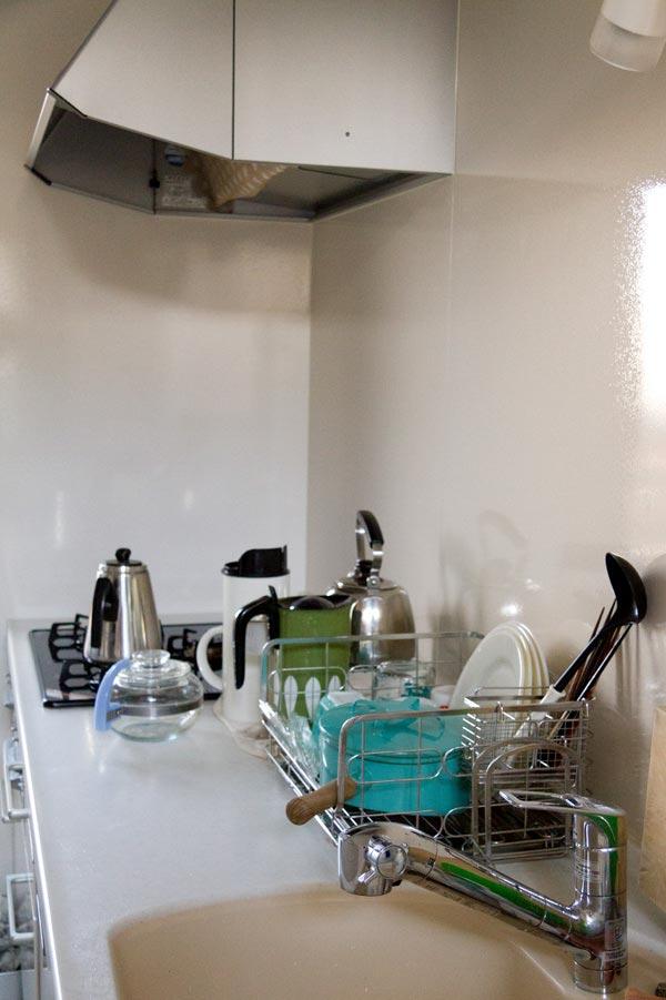 水切りラック使用中のキッチン
