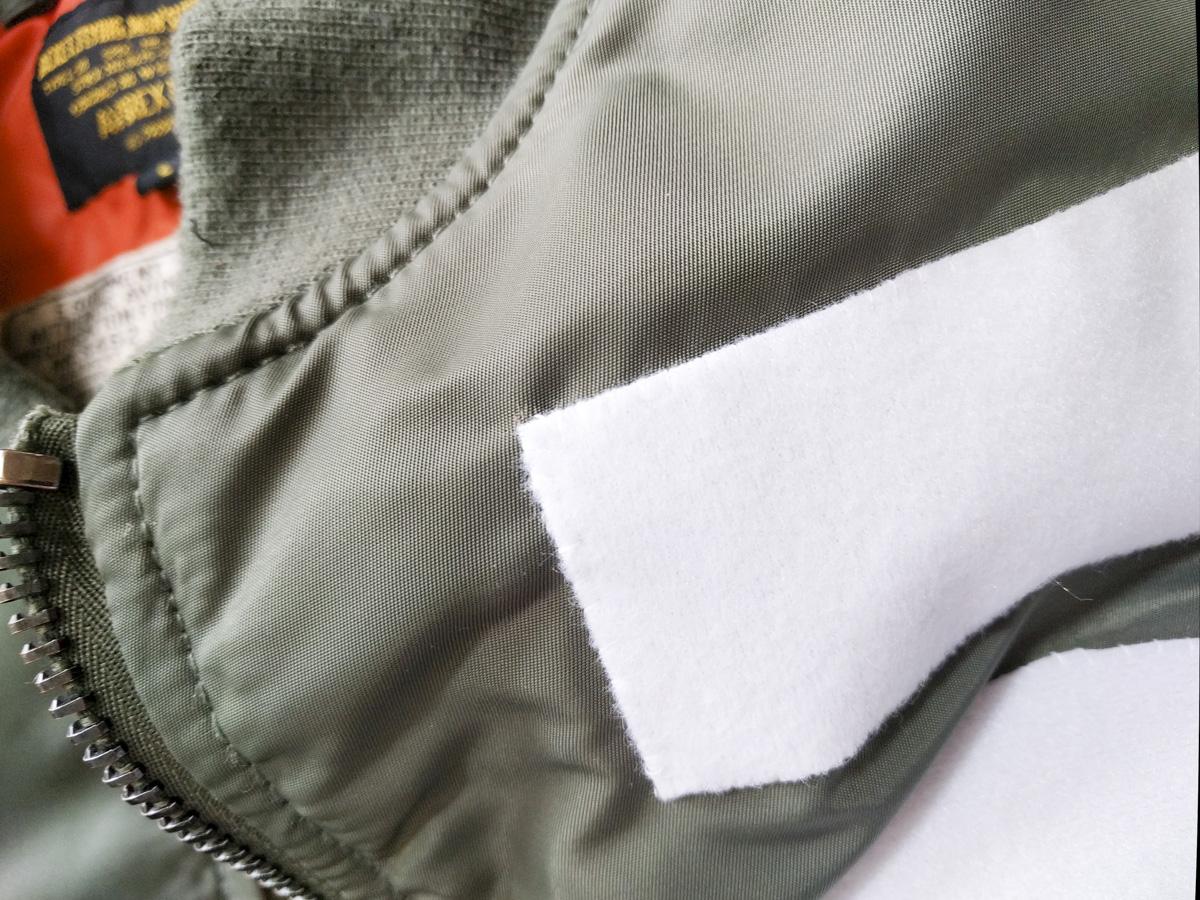 ベルクロを縫いつけたフライトジャケット