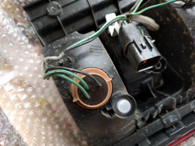 取り外したデリカのテールランプ 電球交換