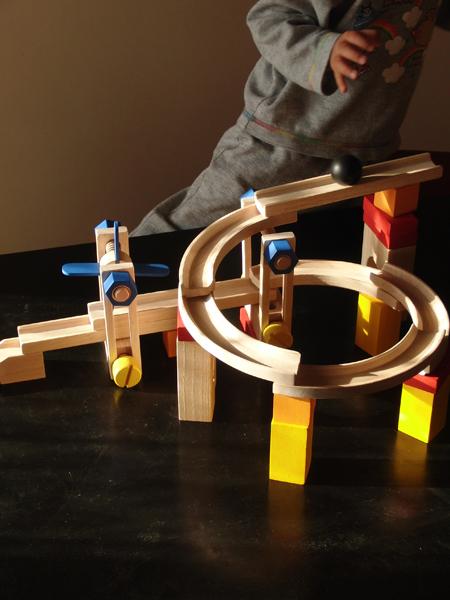 プラントイのおもちゃで遊ぶ下の子