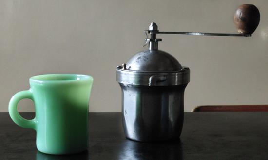 プジョーコーヒーミルとファイヤーキングマグ