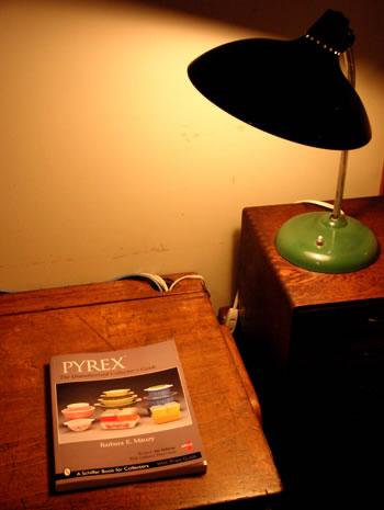 パイレックスの本をイギリスのスクールデスクで