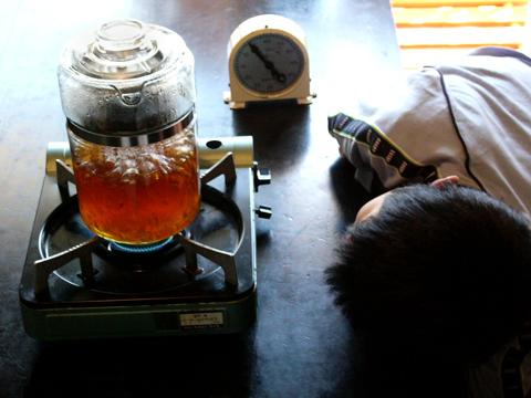 オールドパイレックスフレームウェア パーコレーターでコーヒーをいれます。スミスタイマーで時間を計ります