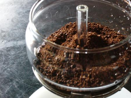 パイレックスパーコレーターにコーヒー豆をセット。挽き具合はこのぐらいです