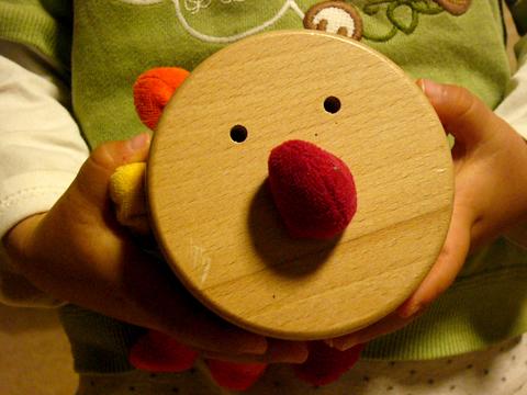 ジーナ社ドイツの木のおもちゃを持つ下の子