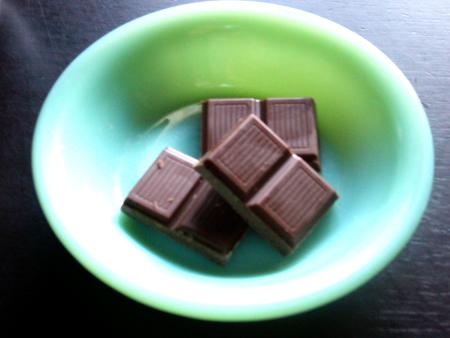 ファイヤーキングベリーボウルに盛りつけた板チョコのアップ
