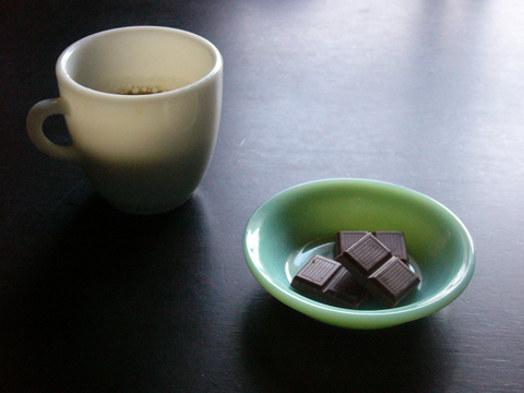 ファイヤーキングベリーボウルにチョコ盛り付けパイレックスミリタリーマグにコーヒー