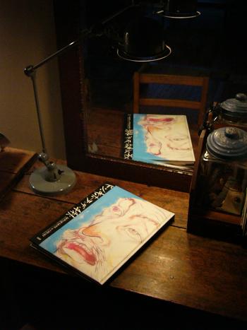 学校用の机とジェルデのデスクランプで読書タイム