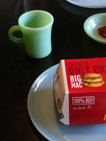 ファイヤーキングプレートにマクドナルドのハンバーガー