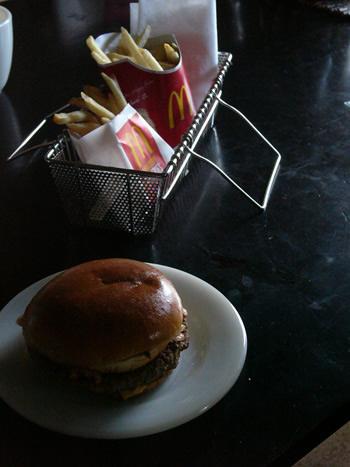 ファイヤーキング パイ サラダ プレートにテキサスバーガーをのせてみました