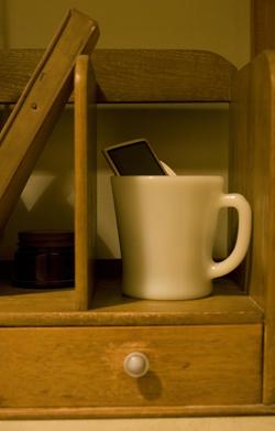 iPodを入れたファイヤーキングのマグを、レトロな引き出し付き本棚に置いてみました
