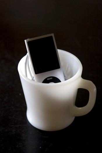 ファイヤーキングDハンドルマグにiPod nanoを入れてみました